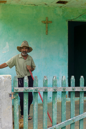 Work hand in front of his house in Minas Gerais